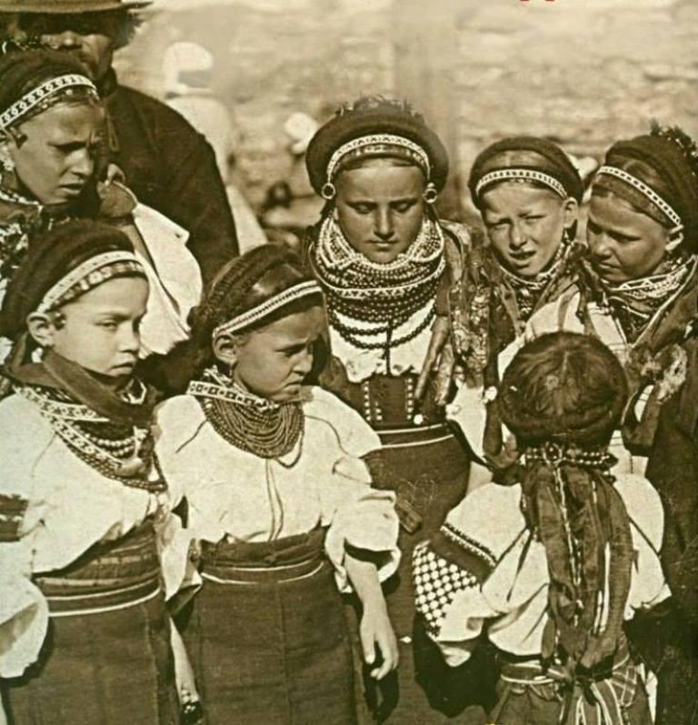 Девушки в национальном наряде