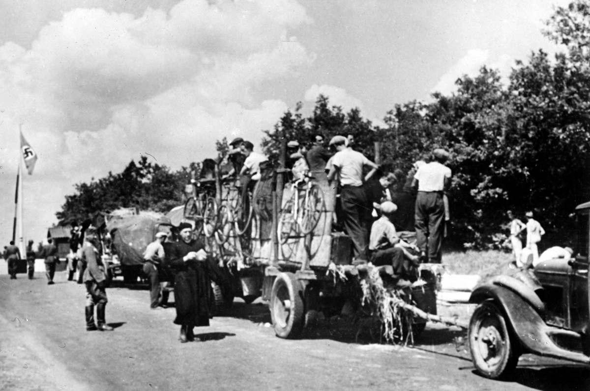 Немецкие солдаты и священники.