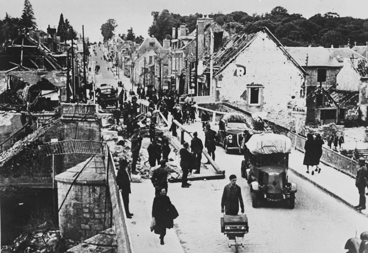 Немцы следят за движением во время Исхода. Июль 1940 г