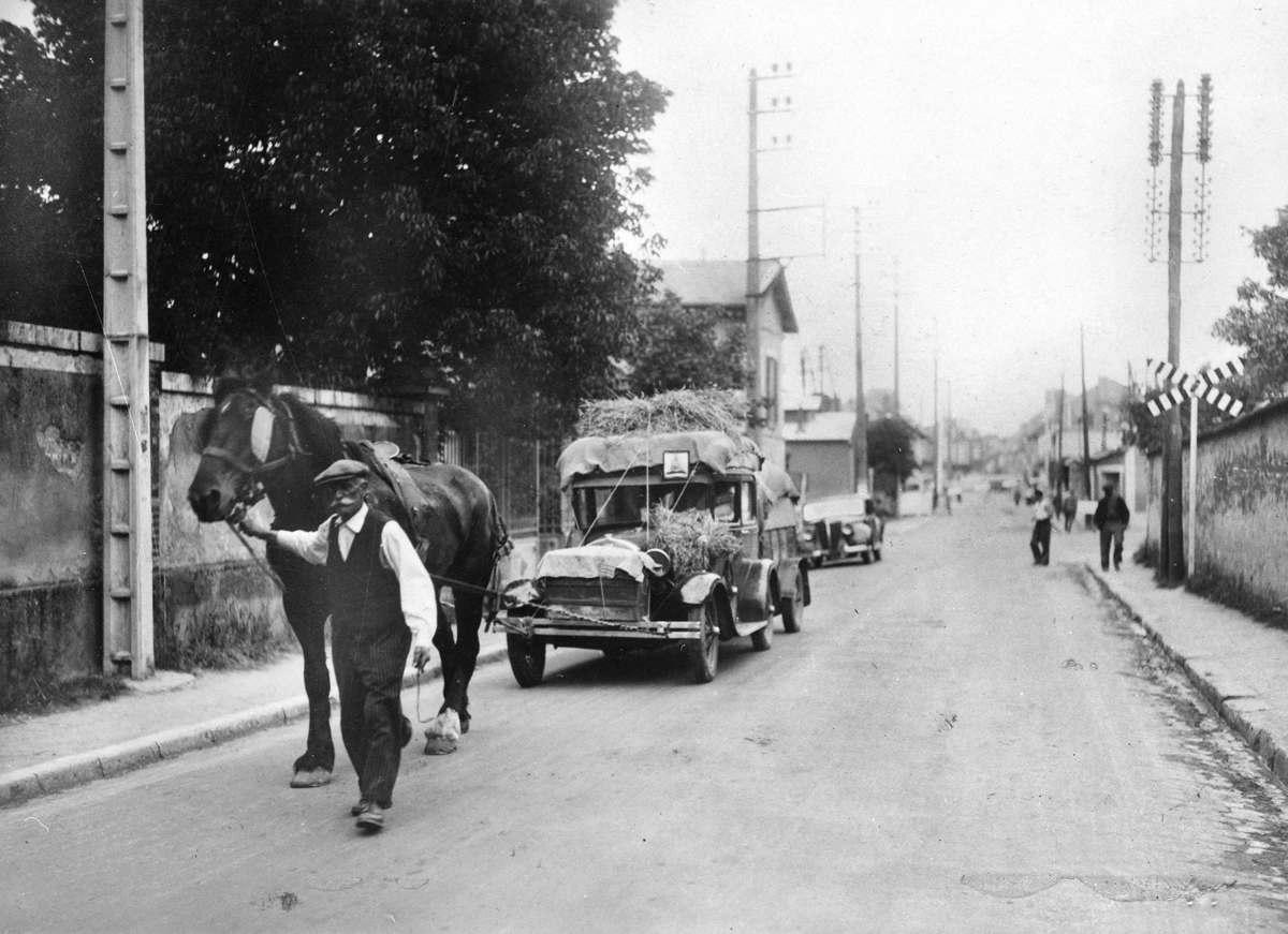 Война 1939-1945 гг. Исход. 1940. Автомобиль для гражданских беженцев в Немур (Сена и Марна).