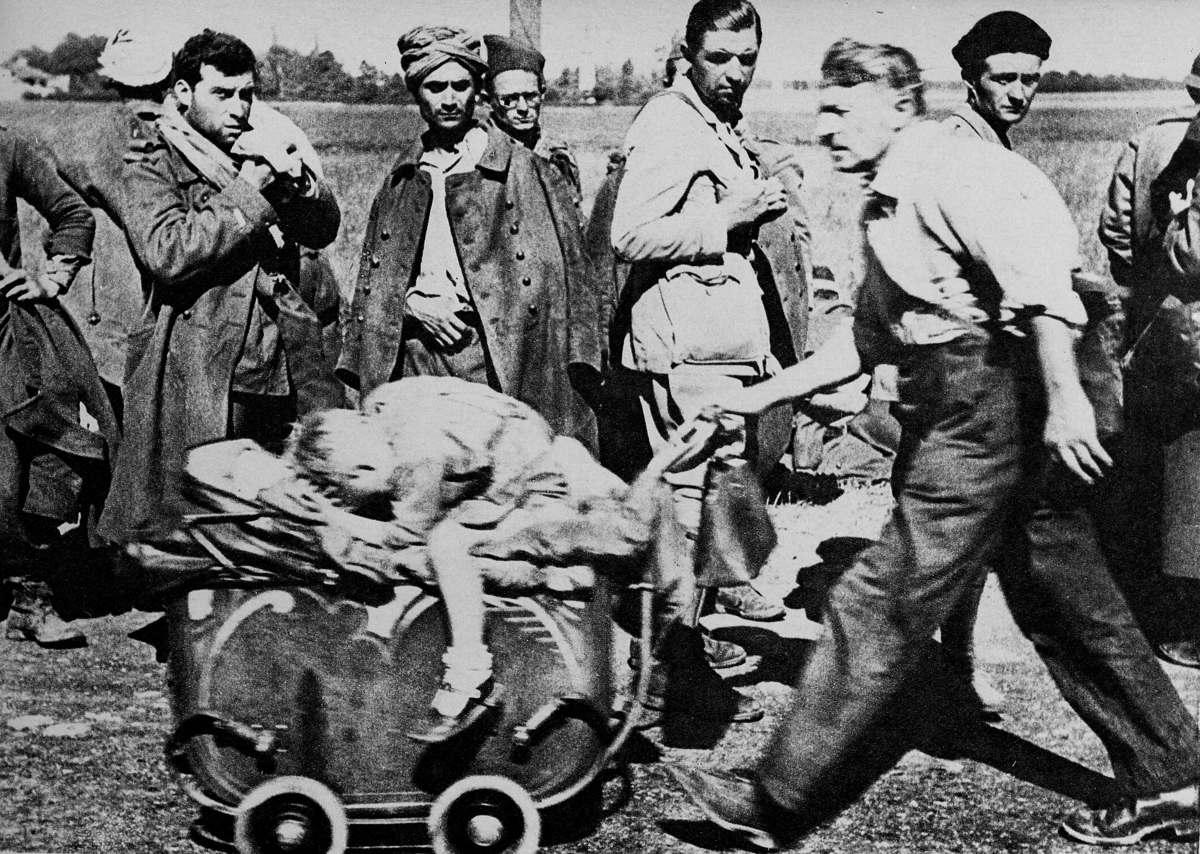 Война 1939-1945 гг. Вторжение во Францию. Гражданские лица в исходе встречи французских солдат, пленных. Май-июнь 1940 года.